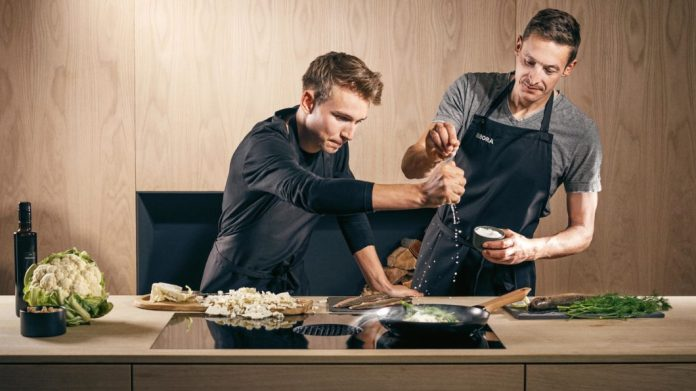 Previously kebab, now high-end kitchen? Young people are also becoming increasingly interested in healthy, home-cooked food - and follow (star) chefs and brand ambassadors on social media. (Photo: BORA)
