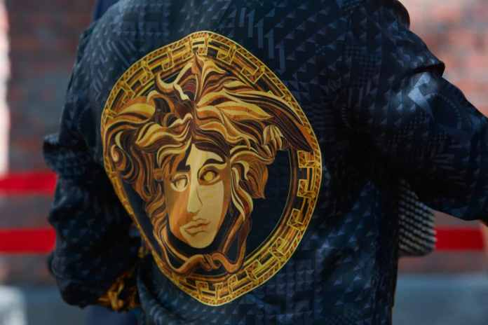 Her irresistible attraction and her ability to paralyze anyone who gives in to the temptation to look at her: the Medusa fascinated Gianni Versace so much that he made the mystical figure his company logo. (Photo: Adobe Stock / andersphoto)