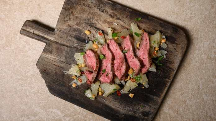 "Australian flank steak on sour and sour pomelo salad? These and many other recipes can be found in the BORA recipe booklet - naturally cooked on BORA modules including cooktop extractor and thus virtually ""in the fresh air"". (Photo: BORA)"