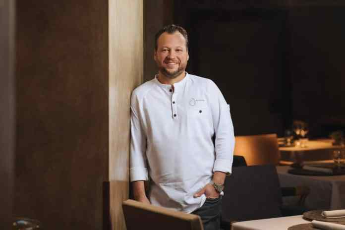 "After only one year at the head of the ""Atelier"" restaurant, Jan Hartwig got the first 2 Michelin stars for the Bavarian restaurant. He has held the 3rd star since 2017. He is now a brand ambassador for the Swiss premium equipment manufacturer V-ZUG. (Photo: V-ZUG)"