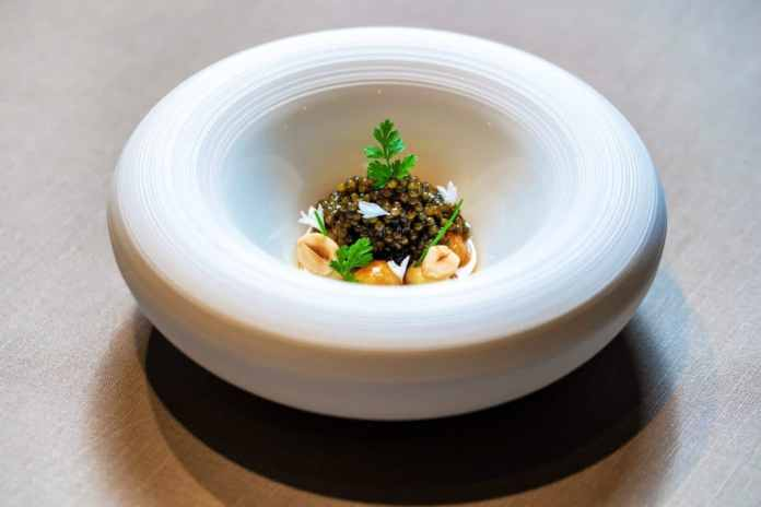"Dining, arrangement and even the porcelain form a perfect symbiosis under the hand of Jan Hartwig. Here: the ""N25 caviar"". (Photo: V-ZUG)"