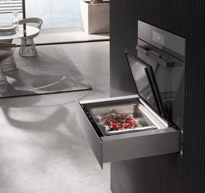 Fresh, soft berries should best be flash-frozen briefly before vacuuming: this prevents the resulting pressure from crushing the tender food. (Photo: Miele)