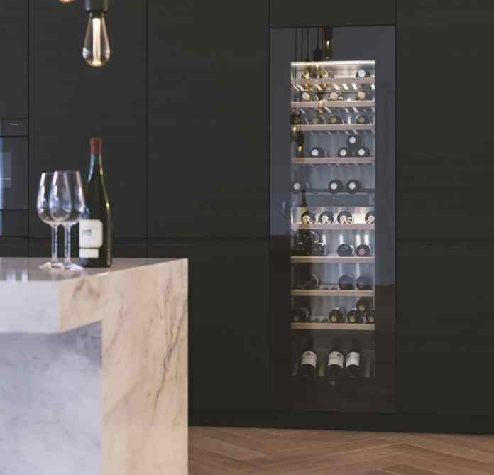 Many wine coolers are based on a highly aesthetic design. Mirrored glass fronts and a warm light set luxurious accents in the kitchen area. (Photo: V-ZUG)