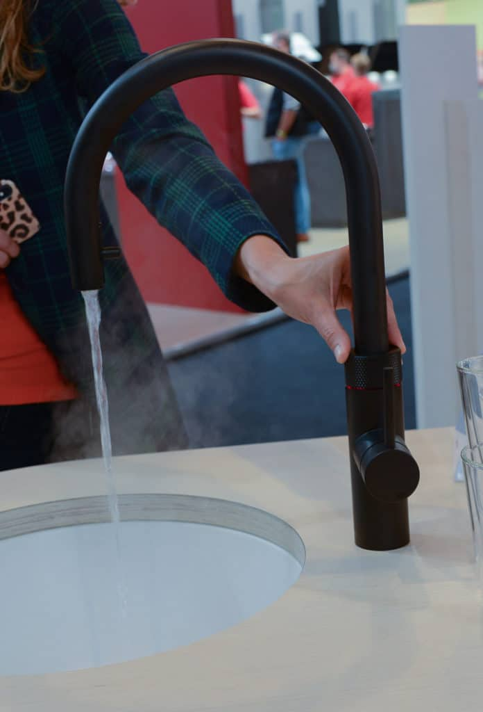 It hisses and bubbles as the Quooker CUBE spits out its boiling hot water.  This noise level - also when tapping sparkling water - has been lowered again.  (Photo: Küchen & Design Magazin)