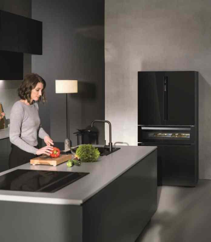Ein Hingucker im Küchenraum: der XXL-FrenchDoor-Kühlschrank iQ70 von Siemens bietet nicht nur unerhört viel Stauraum, sondern auch ein edles Design mit Blick auf einen integrierten Weinkühler. (Foto: Siemens)