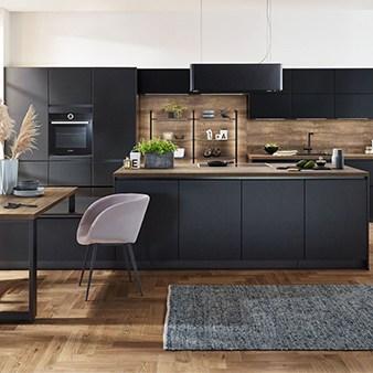 schwarze küche mit holzarbeitsplatte