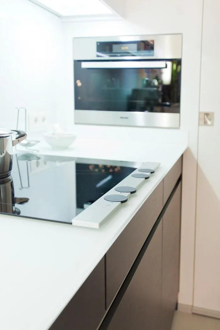 Moderne Leicht Kche mit GlasArbeitsplatte und Theke  Kchenhaus Thiemann OverathVilkerath