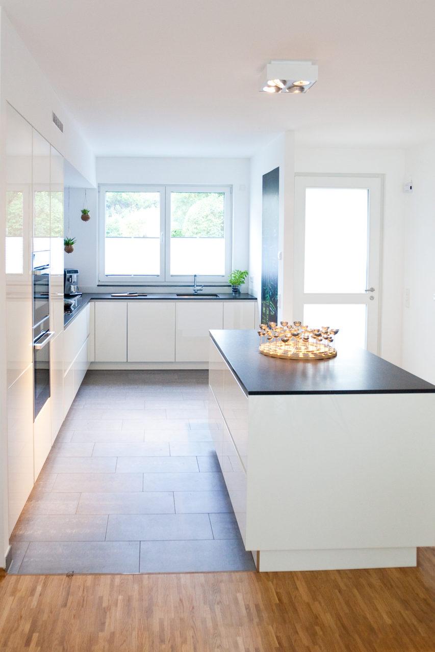 Moderne HochglanzKche in wei mit Kcheninsel Bora Kochfeld und NEFF Gerten  Kchenhaus