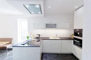 Hochglanz weiße Design Küche grifflos mit großer Kühl ...