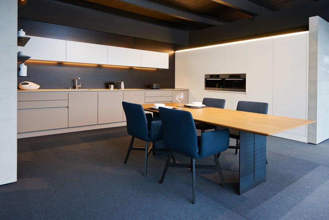 Weiße L-Form Küche mit herausragendem Licht-Konzept