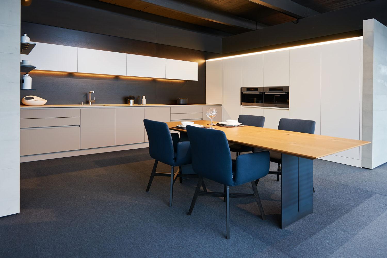 Weiße L Form Küche Mit Herausragendem Licht Konzept