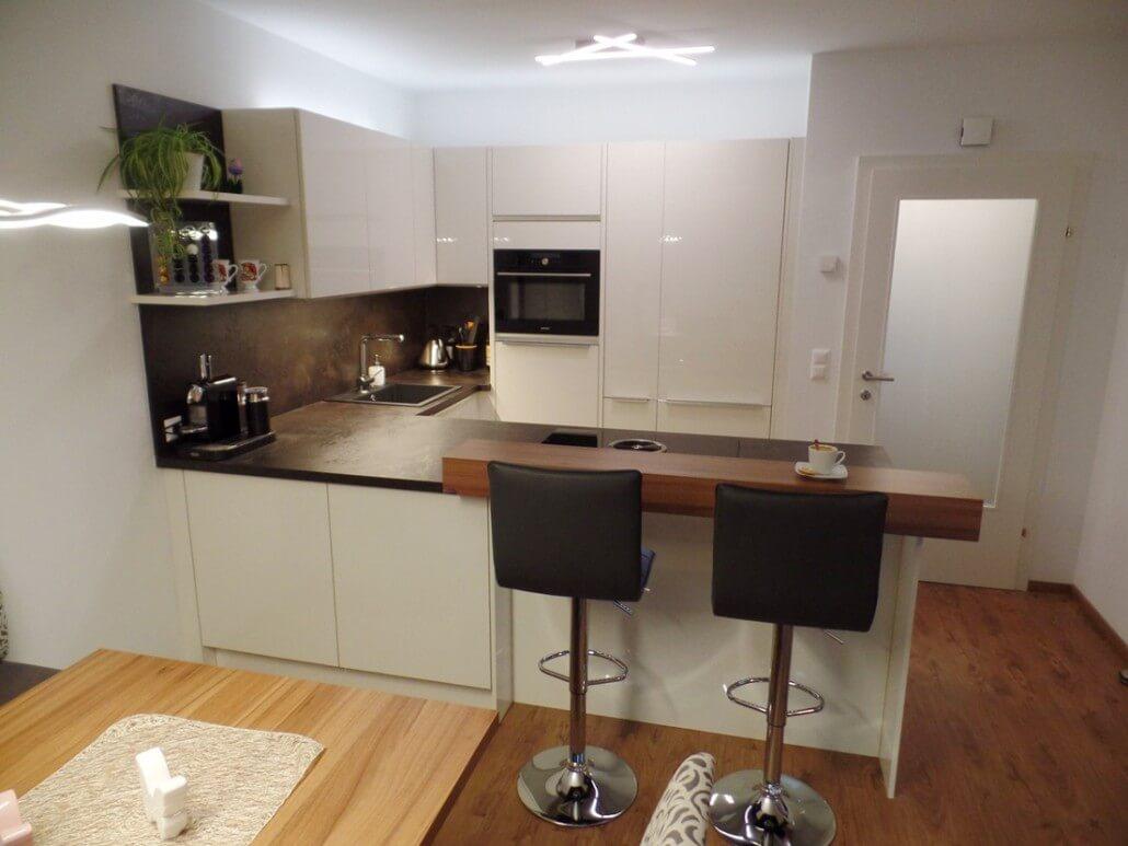 Idee für eine weiße Küche in U-Form mit Bar und Steinarbeitsplatte