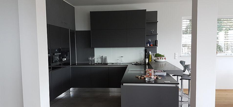 Charmant Idee Für Eine Schwarze Küche In U Form Mit Theke