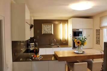 Küche mit Theke aus Holz