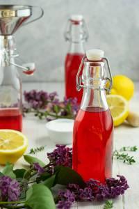 Kennt ihr schon DAS Sommergetränk 2020? Dann probiert unbedingt diesen leckeren Cocktail mit Fliedersirup, Gin und Sekt. Der FLIN ist einfach und schnell gemacht und schmeckt unglaublich lecker. Dazu ein paar knusprige Kekse mit Käse und Thymian. Küchentraum & Purzelbaum   #drink   #gin   #sommergetränk