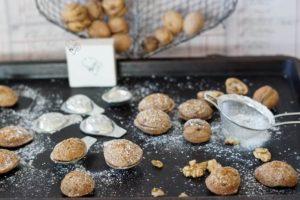 Blech voll gebackener Nüsse