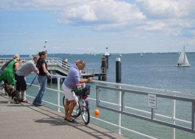 Einige 100m entfernt legt der Hafendampfer ein und lädt Sie zu einer Küstenrundtour ein