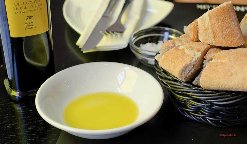 Brød-og-olivenolie-på-Canblau-i-Aarhus