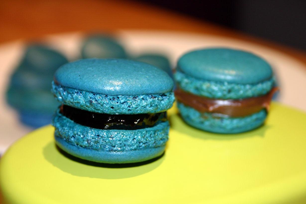 Macarons bleus à la myrtilles et à la rose