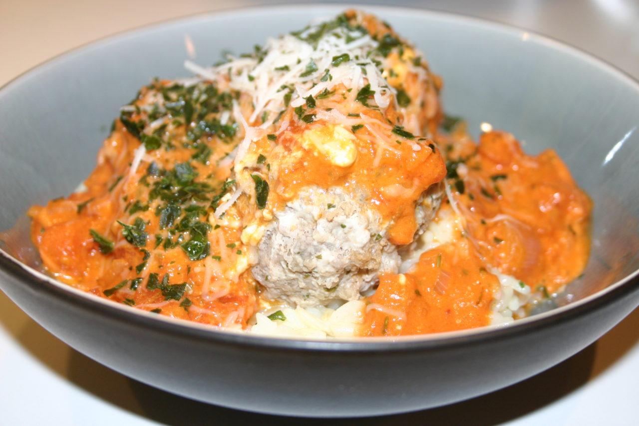 Boulettes de viande vapeur, riz façon risotto et sauce tomates crémeuse