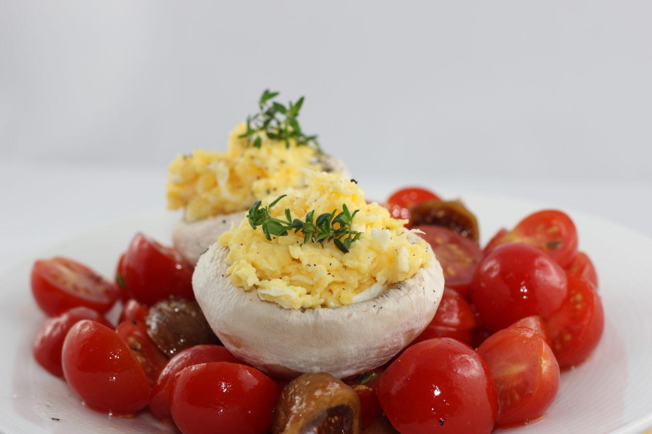 Salade de tomates aux figues et oeufs brouillés
