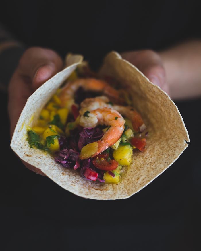 Aasilaishenkiset tortillat | mangosalsa | aasilainen kaalisalaatti | grillatut katkaravut