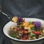Kvinoasalaatti linsseillä, herneillä, mintulla ja haloumijuustolla