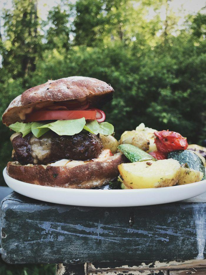 Hampurilaiset grillissä | hampurilainen | grillaus