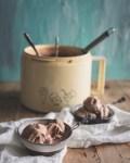 Suklaajäätelö jäätelökoneessa