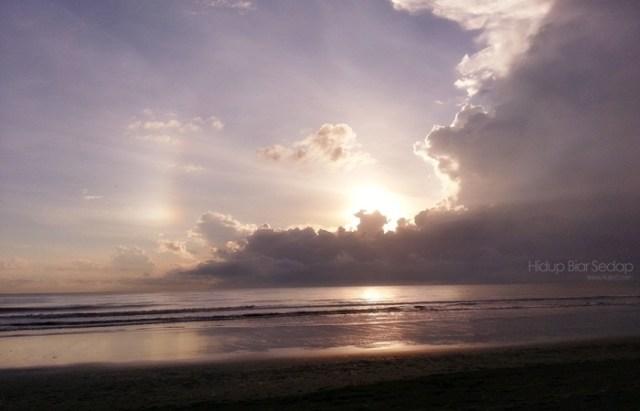 matahari naik di pantai