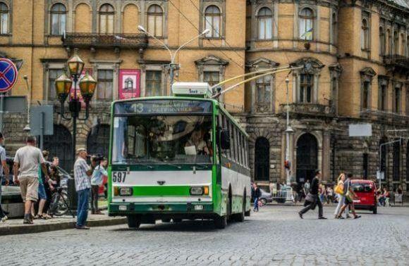Центр Львова. 13 тролейбус. Фото Дивись Інфо