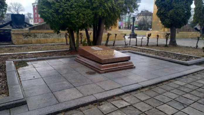 У Львові викрали бронзовий барельєф Кузнєцова. Фото Варта-1