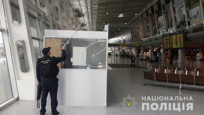 У львівському аеропорті не знайшли вибухівки. Фото ГУ НП у Львівській області