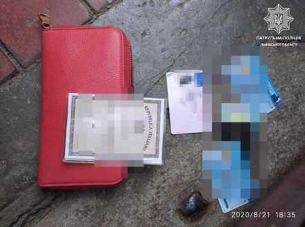 У Львові ромка з травмованою рукою викрала гаманець в іноземки. Фото патрульна поліція Львівської області