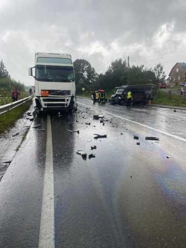 Дивом ніхто не загинув: на Львівщині мікроавтобус влетів у бензовоз. Фото ГУ НП у Л/о