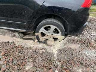 У Львові на стоянці автомобілі почали провалюватись під землю. Фото Варта-1