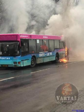 У Львові загорілась маршрутка, фото Варта-1