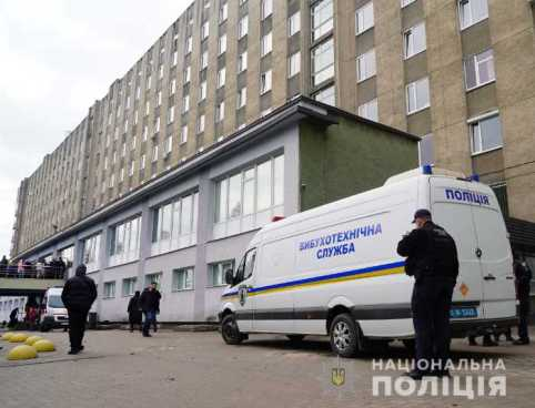 """У Львові """"замінували"""" лікарню. Фото: Національна поліція."""