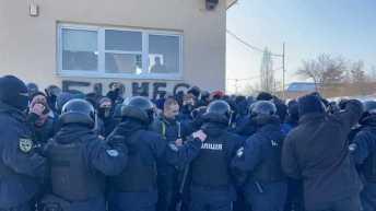 У Львові на акції протесту проти бізнесу Козака та Медведчука сталися сутички з поліцією, фото Варта-1