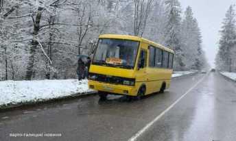 На Львівщині маршрутка на ходу загубила колесо, фото Варто