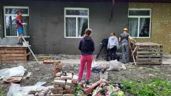 На Львівщині волонтери ремонтують будинок для літніх людей