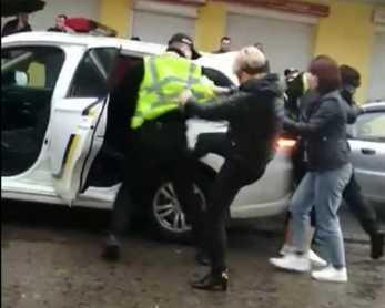 На Львівщині жінки побили поліцейських