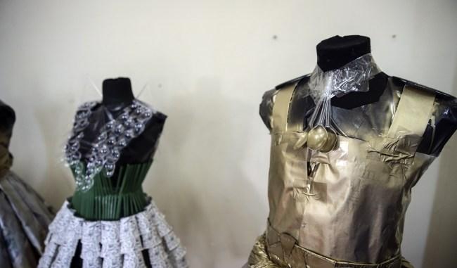 Kostüm Tasarımcısı Olmak İçin Ne Yapılmalıdır Kostüm tasarımı yaparak para kazanmak için elbette bir, tasarımcı olmanız gerekmektedir. Tasarımcı derken, giysi dikecek birçok bilgiye sahip olmanız gerekmektedir. Kostüm tasarımı yaparak para kazanabilmek için bu konuda bir deneyim ya da bilgiye sahipseniz, bu alanda kolaylıkla iş bulma imkanınız vardır. Peki illa okulunu mu okumak gerekir derseniz, birçok meslek grubunda da olduğu gibi okullu ve alaylı olarak mesleğin bütün bilgisine sahip olabilirsiniz. Üniversitelerin Güzel Sanatlar Bölümünde de Kostüm tasarımı eğitimi alabileceğiniz gibi diploma istemiyorum diyerek yetiştirilmek üzere de bu işe başlayabilirsiniz. Kostüm Tasarımcısı Hangi Alanlarda İş Bulabilir? Kostüm tasarımı yaparak para kazanmak için, birçok yol mevcuttur. Siz nasıl bir çalışma şekli istiyorsanız ona uygun hareket edebilirsiniz. Mesela bir özel şirket ya da kamu kurumunda kostüm tasarımı yaparak para kazanabilir ya da evde kendiniz tasarlayarak bir şirket ya da herhangi ilgili yerle anlaşıp, kostüm tasarımı yaparak para kazanabilirsiniz.