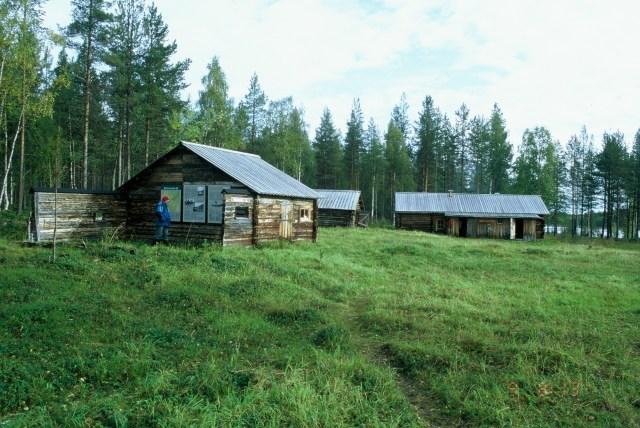 Ritakosken autio- ja varaustupa kunnostuksen jälkeen kesällä 2004.