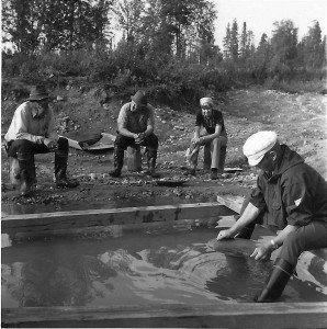 Yrjö Korhonen ja Niilo Raumala opastavat matkailijoita kultamontulla Tankavaarassa 1970-luvun alussa.