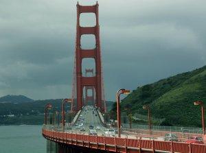 Petronella päätyi monien seikkailujen jälkeen asumaan tämän kuuluisan sillan tuntumaan San Franciscossa ja täällä hän roivoi viimeiseksi leposijakseen Lemmenjoen tuntureita.