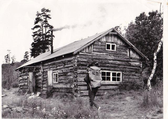 Lemmenjoen keskuskämppä Morgamojan Kultala tai Pellisen kämppä oli tämän näköinen vielä 1970-luvulla. Petronellan vierailun jälkeen Isola laajensi kämppää talvella 1950.