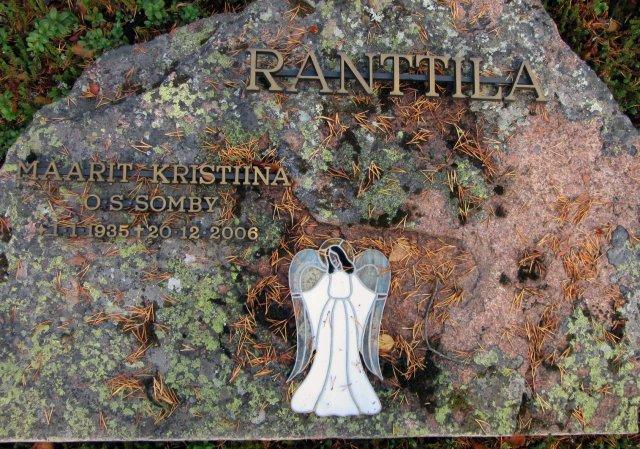 Niilo sai viimeisen leposijansa vaimonsa Maaritin viereen Inarin hautausmaalla. Syksyn koristelema hautakivi odottaa uutta niemeä ja pystyttämistä.