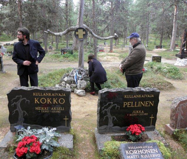 65 vuotta kestänyt toive on toteutumassa; Petronella on juuri tulossa ystävien keskelle. Taustalla Aki Karvonen ja Hannu Aaltio, keloritillä kumartuneena Anne-Marie Kalla.
