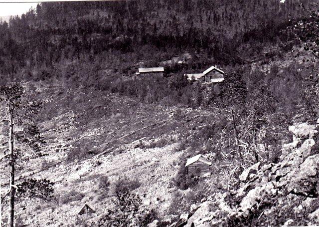 Ivalojoen Kultala oli 1903 tämän näköinen. Merimiesten löytöpaikka kuvan vasemmassa alareunassa, kämppä lienee se, mitä kapakasta oli jäljellä.
